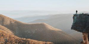 homme-montagne-vue-large